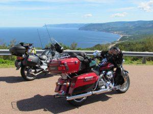 Motorräder an einer Küste
